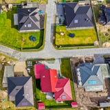 Verticaal satellietbeeld van een nieuwe woonwijk met huizen voor families stock foto