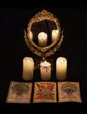 Verticaal stilleven met de voorwerpen van de waarzeggingrite - mirrow en de tarotkaarten Royalty-vrije Stock Afbeeldingen