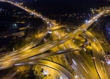 Verticaal top down luchtmening van verkeer op snelweguitwisseling bij nacht royalty-vrije stock foto's