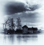 Verticaal uitstekend trillend blauw sepia huis op waterenachtergrond Royalty-vrije Stock Foto