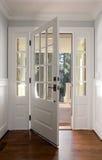 Verticaal van een open, houten voordeur wordt geschoten die stock fotografie