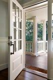 Verticaal van een open, houten voordeur wordt geschoten die Stock Afbeelding