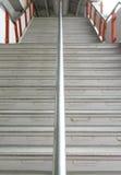Vertical arriba y abajo de la escalera en el edificio de la estación Foto de archivo