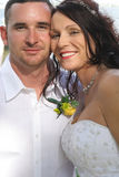 Vertical bonito do headshot da noiva e do marido fotografia de stock royalty free