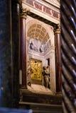 Vertical brązowe rzeźby i kamienni cyzelowania wśrodku St Zaznaczamy ` s bazylikę w Wenecja Fotografia Stock
