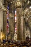 Vertical Centrum Nave kolumny i dachówkowa podłoga wśrodku wewnętrznych Duomo di Milano Zdjęcia Royalty Free