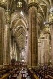 Vertical Centrum Nave kolumny i dachówkowa podłoga wśrodku wewnętrznych Duomo di Milano Zdjęcie Stock