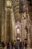 Vertical Centrum Nave kolumny i dachówkowa podłoga wśrodku wewnętrznych Duomo di Milano Obrazy Stock