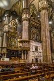 Vertical Centrum Nave kolumny i dachówkowa podłoga wśrodku wewnętrznych Duomo di Milano Obraz Royalty Free