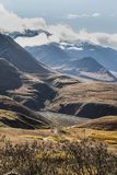 Vertical - configurations de brouillard au-dessus du paysage en parc national de Denali image stock