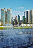 Vertical das torres e da fonte de Doha imagens de stock royalty free