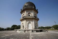 Vertical de dos pisos octagonal del mausoleo de Qutb Shahi Foto de archivo libre de regalías