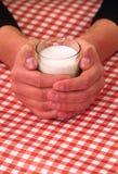 Vertical de la leche y del glasse imagenes de archivo