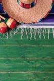 Vertical de madera del fondo del sombrero de México vieja de los maracas del verde mexicano de la fiesta foto de archivo