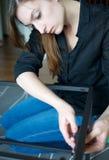 Vertical de uma jovem mulher que constrói uma parte da mobília imagens de stock royalty free