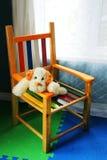 Vertical do cão na cadeira do miúdo. fotografia de stock royalty free