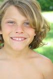 Vertical hermosa del headshot de la sonrisa del muchacho Fotografía de archivo libre de regalías