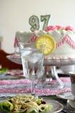 Vertical horizontal da água do bolo e do limão Imagens de Stock Royalty Free