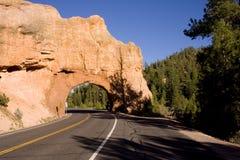 Vertical roja del túnel del arco de la roca Fotos de archivo