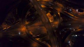 Vertical wierzchołka puszka widok z lotu ptaka ruch drogowy na autostrady wymianie przy nocą zbiory wideo