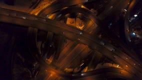 Vertical wierzchołka puszka widok z lotu ptaka ruch drogowy na autostrady wymianie przy nocą zbiory