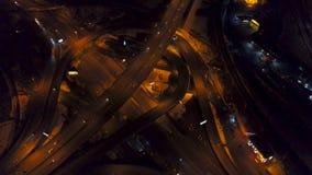 Vertical wierzchołka puszka widok z lotu ptaka ruch drogowy na autostrady wymianie przy nocą, różna prędkość zbiory