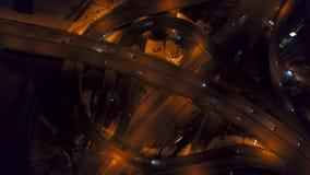Vertical wierzchołka puszka widok z lotu ptaka ruch drogowy na autostrady wymianie przy nocą, szybka prędkość zdjęcie wideo