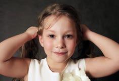 Verticale 5 ans de filles Photographie stock