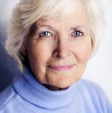 Verticale aînée de femme Photo libre de droits