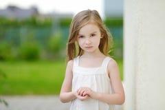 Verticale adorable de fille d'élève du cours préparatoire à l'extérieur Photographie stock libre de droits