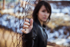 Verticale anonyme de femme au-dessus de frontière de sécurité photographie stock