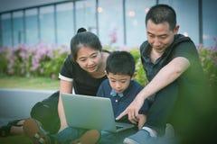 Verticale asiatique de famille photographie stock libre de droits