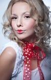 Verticale assez blonde de fille Photo libre de droits