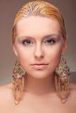 Verticale attrayante de fille avec la boucle d'oreille photos libres de droits