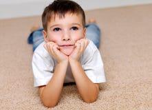 Verticale belle le garçon de l'âge préscolaire Images libres de droits