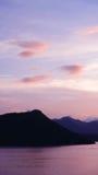 Verticale berg, wolk en oceaan bij zonsondergang Stock Afbeeldingen
