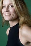 Verticale blonde attrayante de femme photographie stock