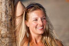 Verticale blonde caucasienne normale de femme photo libre de droits