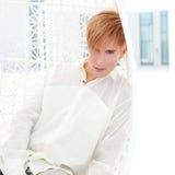 Verticale blonde d'homme moderne en terrasse d'été Image libre de droits