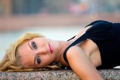 Verticale blonde de femme Image libre de droits