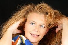 Verticale blonde de sourire de femme images stock