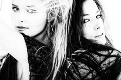 Verticale blonde et de brunette en noir et blanc photographie stock libre de droits