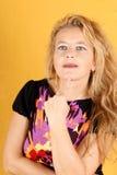 Verticale blonde pensante de femme images stock