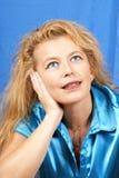 Verticale blonde rêveuse de femme photos libres de droits