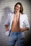 Verticale caucasienne sérieuse d'homme dans la jupe blanche Image libre de droits