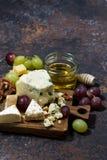 verticale cheeseboard, vruchten en honing en donkere achtergrond, Royalty-vrije Stock Afbeeldingen
