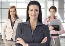 Verticale d'équipe des femmes d'affaires heureuses dans le bureau Image libre de droits