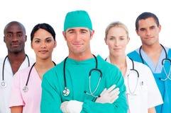 Verticale d'équipe médicale multi-ethnique images stock