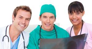 Verticale d'équipe médicale regardant le rayon X photographie stock