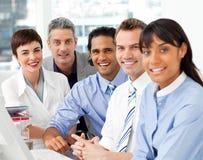 Verticale d'équipe multi-ethnique d'affaires au travail Photographie stock libre de droits